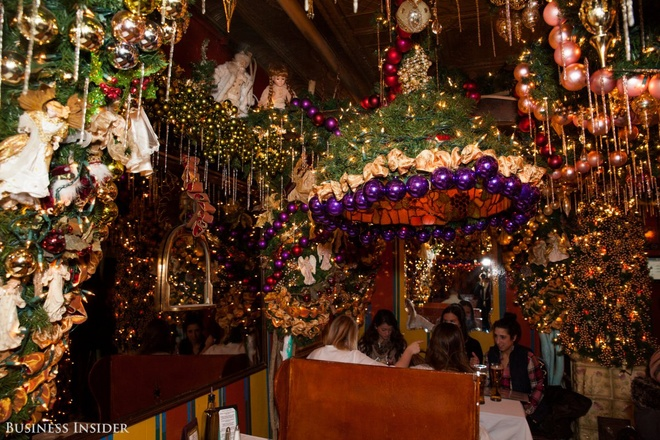 the-most-beautiful-christmas-decoration-bar-in-america2