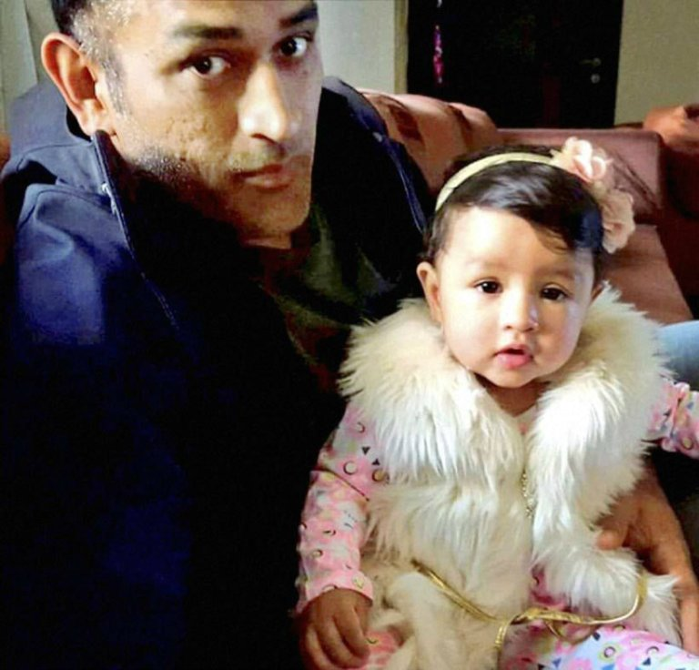 mahendra-singh-dhoni-with-his-daughter