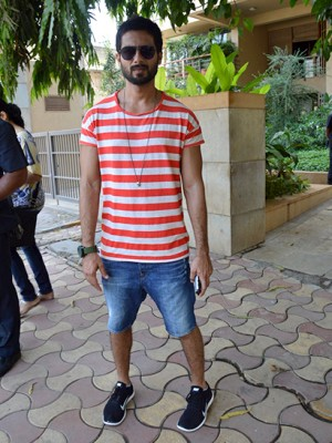 sneaker look Shahid kapoor, myntra nike shoes online shopping how to dress style tips bollywood celebrities