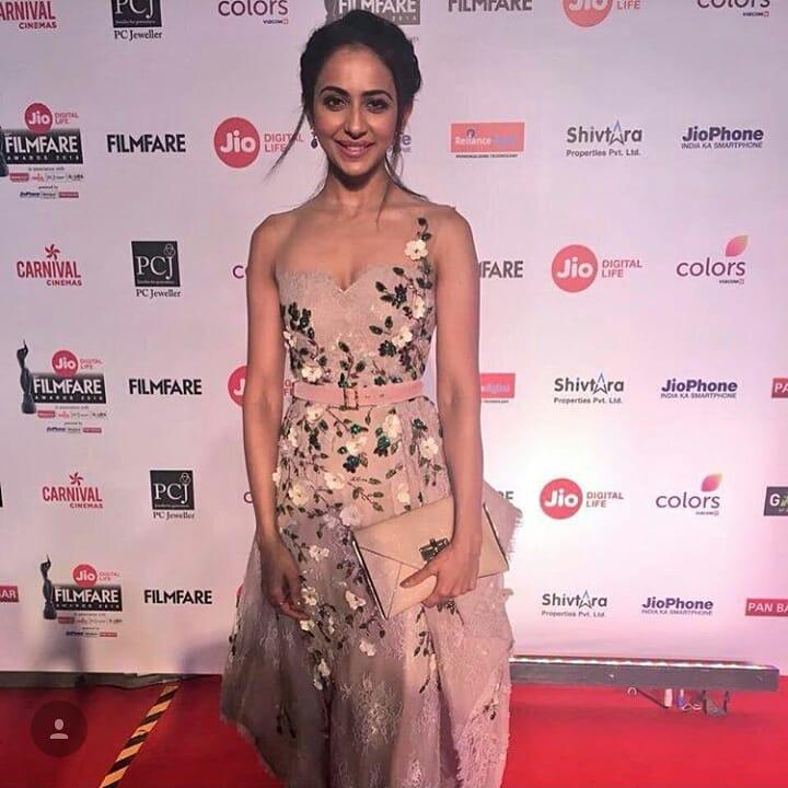 rakul preetBollywood awards winner Jio Filmfare Awards 2018 Bollywood night star hero heroine stylish dresses gowns looks beautiful gowns of bollywood heroine