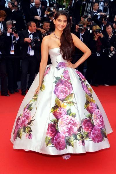 Sonam Kapoor ethnic wear fashion gown red carpet cannes look fashionista bollywood heroine pictures hd pictures