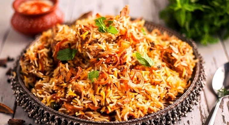 lucknow must try dishes cuisines awadhi food famous food in Lucknow sharmaji ki chai tunday kebab malai ki gilori Lucknow paan vegetarian dishes Lucknow famous food of Lucknow Uttar Pradesh famous cuisine dishes
