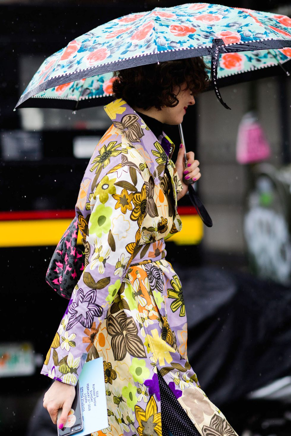 rainy day outfit, rainy season monsoon dress clothes monsoon fashion trends 2018 monsoon fashion guide weather appropriate clothes spring autumn monsson fashion hacks umbrella floral print trench coat rain boots transparent clothes PVC coated accessories