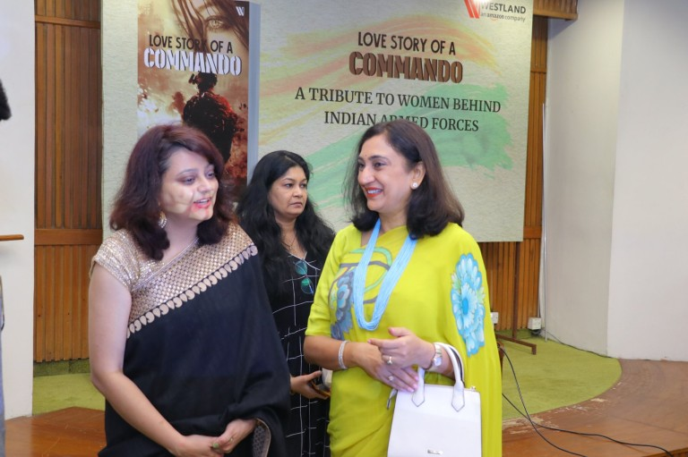 love story of a commando Mp manoj tiwari hd picture martyr wives veer naris book launch venue indian international center new delhi invitaion card military fiction westland books amazon company publishing publishers menu amrita bhbinder g chintamani captain dharmveer singh swapnil pandey romance bestseller 2019 book indian author indian female author army personnel Army CHief Wife Mrs Madhulika Rawat AWWA president at a book launch party
