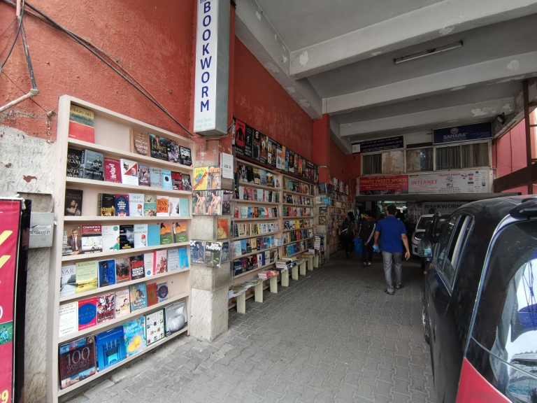 blossom book house,bookworm bookstore sapna bengaluru higginbotham best bookstore must visit top 5 top 10 iconic legendary bangalore books on discount paperback book lover reader author crossword landmark india indian booksigning library second hand book available used books rare books history books comics magazines travel guide