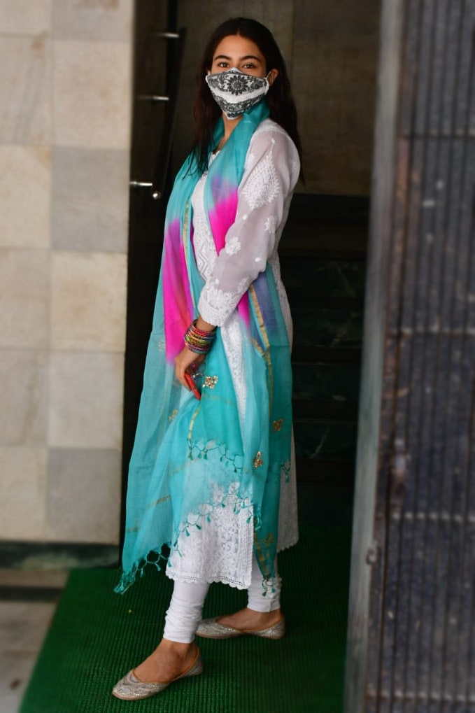 bollywood heroine actress fashion ethnic wear indian wear sustainable fashion Indian artisans look how to dress how to pair sara ali khan in chikan